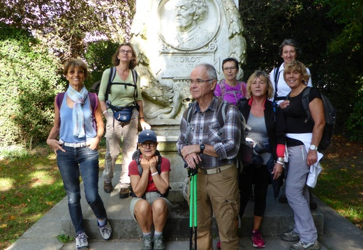 10 Pause photo au monument de Jean-Baptiste Corot